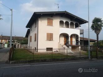 Villa con due appartamenti, taverna e grande giard