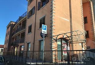 Locali Commerciali con parcheggi ed area privata