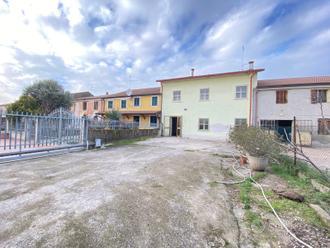 Casa a schiera con 4 camere da letto e cortile