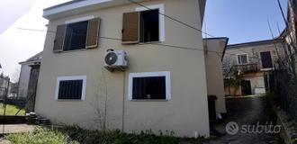 Indipendente ristrutturata , con garage e cortile