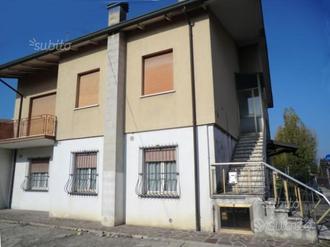 Casa indipendente suddivisa in due appartamenti