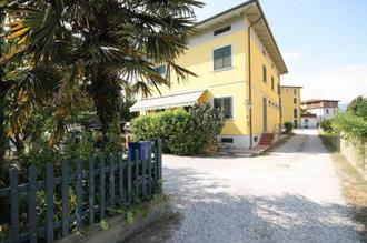 Casa indipendente a Capannori, 12 locali