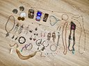 Collezione di orecchini, collane, bracciali