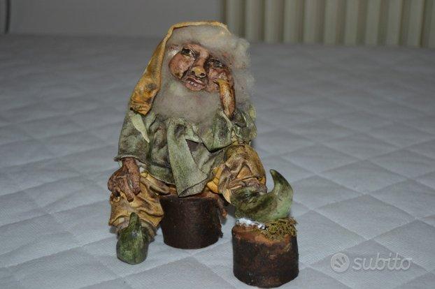 Troll vecchio seduto sul tronco alto 14cm