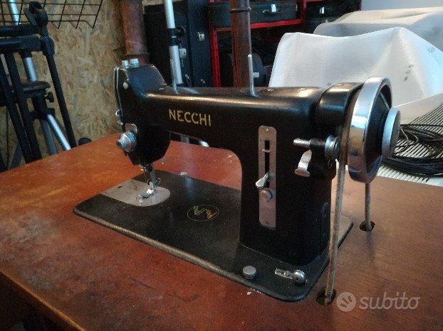 Vecchia macchina da cucire funzionante Necchi