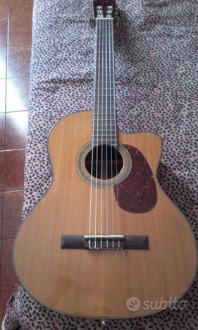 Chitarra classica amplificata cort