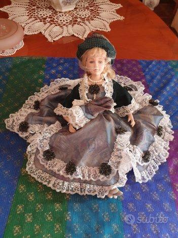Bambole in porcellana, poltrona, sedia