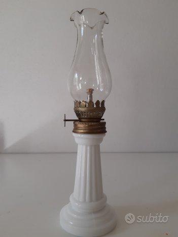 Piccola lampada a petrolio vintage .nuova