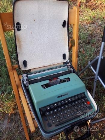 """Macchina da scrivere Olivetti modello """"Lettera 32"""""""