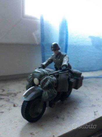 Modellino soldato con motocicletta da guerra