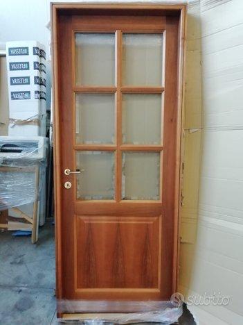 Porta interna in legno listellare noce con vetri