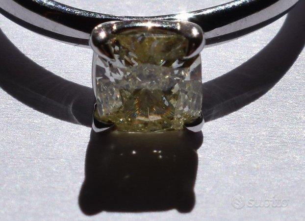 Diamante fancy di colore naturale su anello in oro