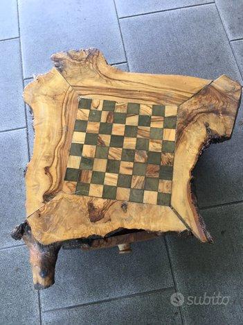 Scacchiera con scacchi in legno intagliata a mano