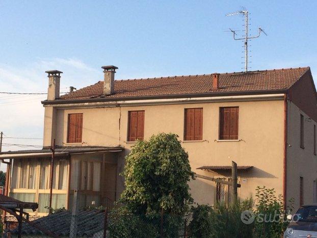 Casa singola con ampio giardino a Giacciano con Ba