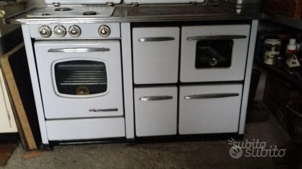 Cucina a legna e mobile lavandino