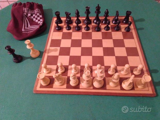 Scacchiera in legno grande con scacchi