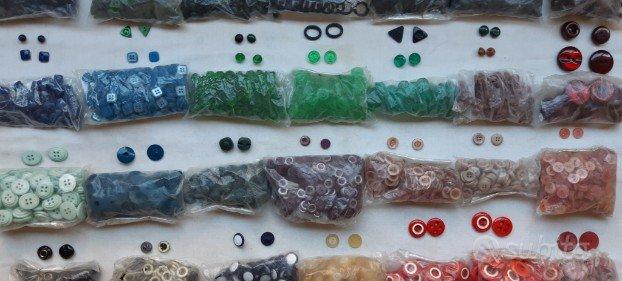 Più di 25Kg di bottoni in varie forme a 200Euro
