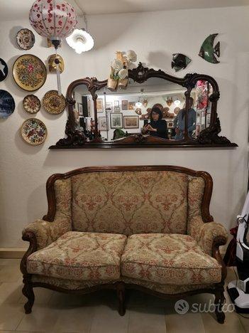 Divano stile veneziano e specchio
