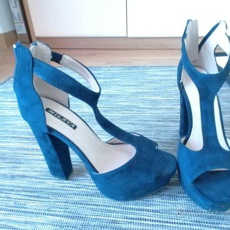 Scarpe col tacco blu