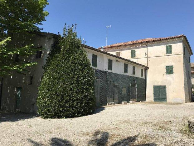 Edificio storico con corte a Cingoli (MC)