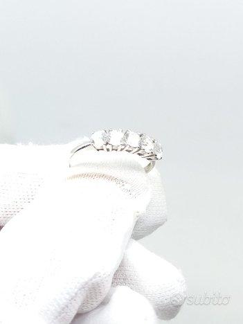 Anello in oro bianco con zirconi