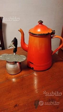 Bricco e macchina caffè