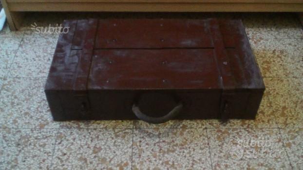Vecchia cassetta bauletto in legno e ferro