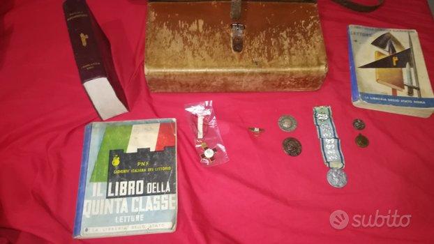 Ww2 cartella,vari libri e vari distintivi medaglie