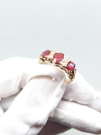 Anello in oro rosa con diamanti e rubini