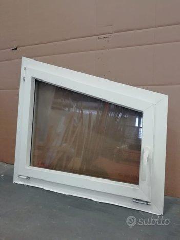 Finestra in pvc FINSTRAL a trapezio colore bianco