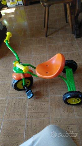Triciclo in metallo con pedana posteriore