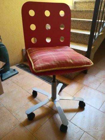 Sedie con rotelle e schienale rosso forellato ...