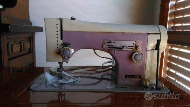 Macchina da cucire con mobiletto