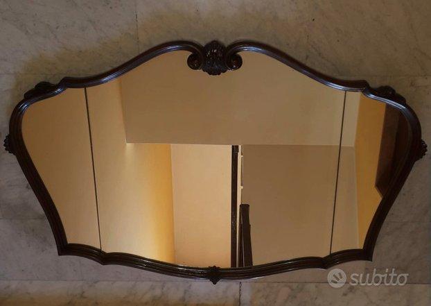 Antica specchiera in legno in stile sagomata