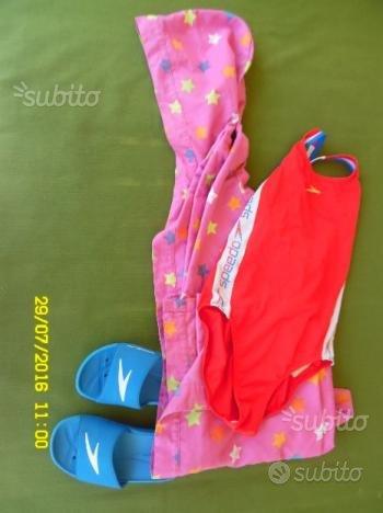 Accappatoio, costume intero, ciabatte per piscina
