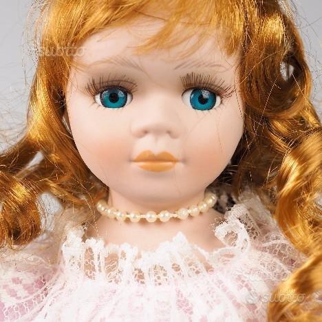 Bambola con sostegno vestito rosa cappello bianco