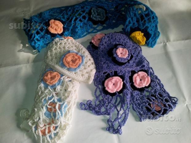 Sciarpa e cappello con fiori