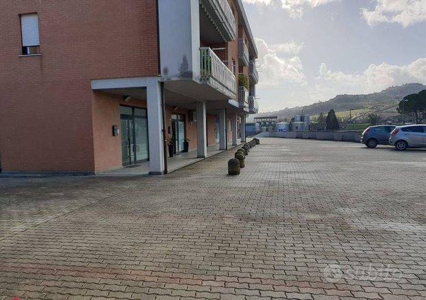 Negozio a Todi, Località Pian di Porto, 1 locali