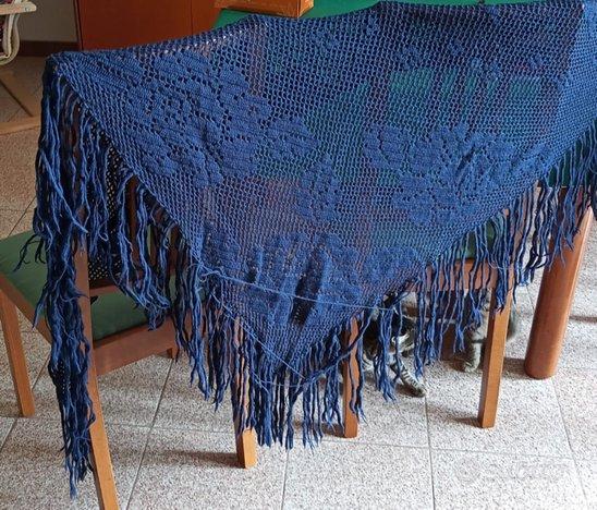 Scialle di lana realizzato ad uncinetto