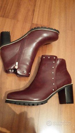 Stivaletti ankle boots bordeaux con borchie
