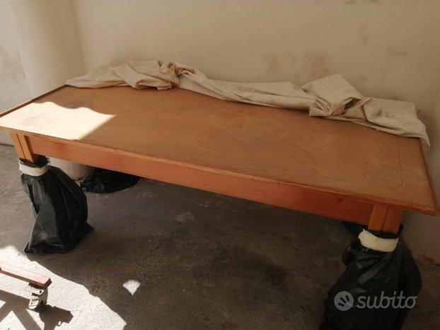 Tavolo di legno con marmo