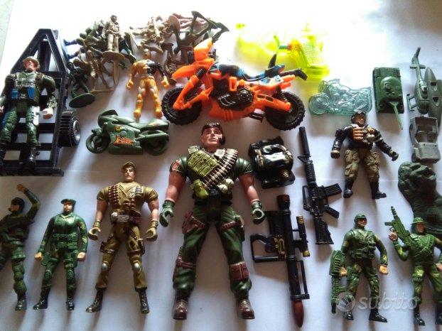 Lotto di soldati giocattolo con moto