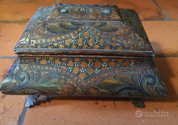 Scatola legno decorata antica