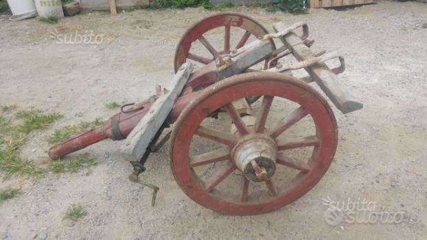 Antico carretto in legno a 2 ruote