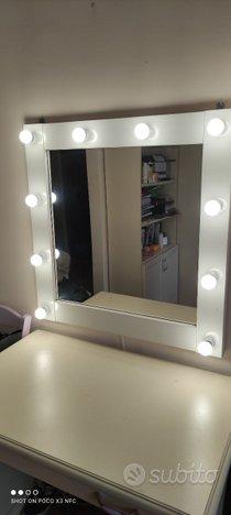Specchio con illuminazione lampadina a led