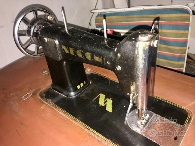 Macchina da cucire antica a pedale necchi