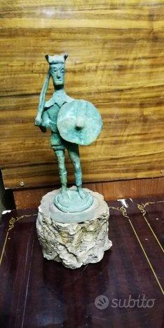 Statua guerriero sardo in bronzo