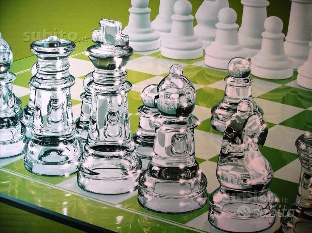 Scacchiera e set completo di scacchi in vetro