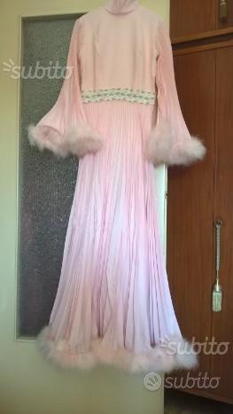 Vestito da sposa vintage rosa con boa anni '70