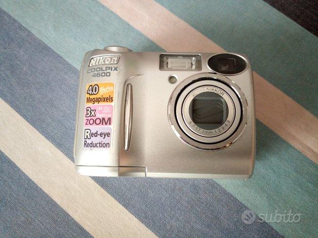 Macchina fotografica digitale Nikon con custodia
